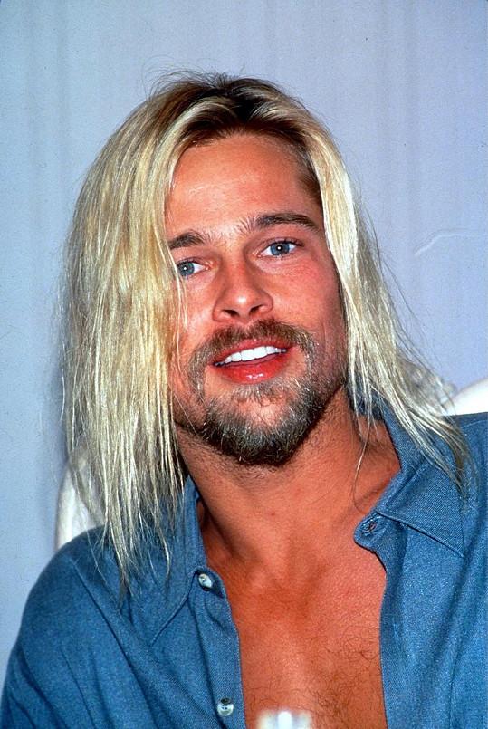 Mladého zpěváka přirovnávají k Bradu Pittovi.
