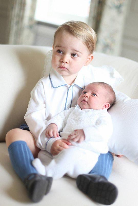 Ze sestřičky Charlotte nevypadal tehdy moc nadšeně.