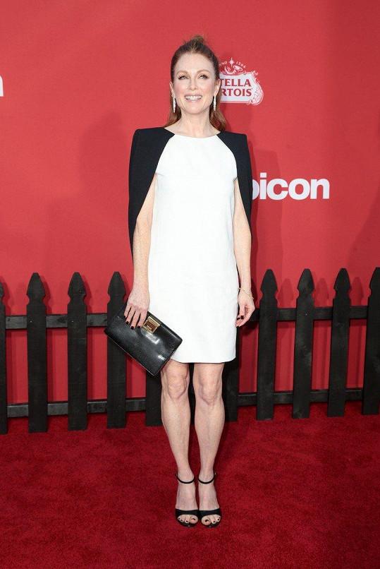 Julianne Moore si může dovolit krátké šaty.