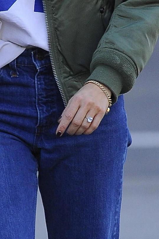 Prstýnek zdobí její ruku od ledna.