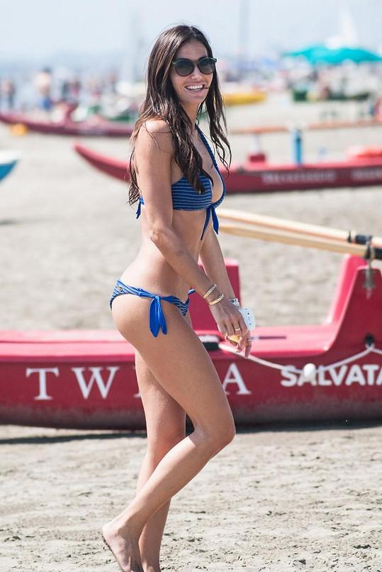 Elisabetta na pláži v Marina di Pietrasanta
