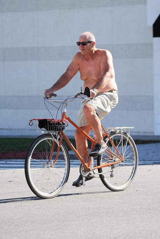 Ed O'Neill alias Al Bunda jezdí po Los Angeles bez trička.
