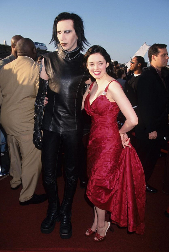Herečku veřejně podpořila i Warnerova další bývalá snoubenka, herečka Rose McGowan.