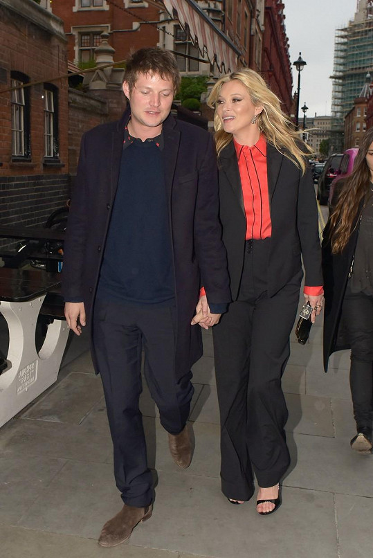 Kate Moss a Nikolai von Bismarck se zamilovaně drželi za ruce.