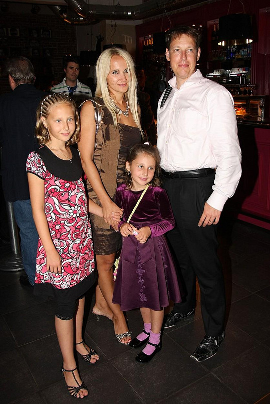 Natálka s otcem Stanislavem, matkou Šárkou a sestrou Denisou na archivní fotce