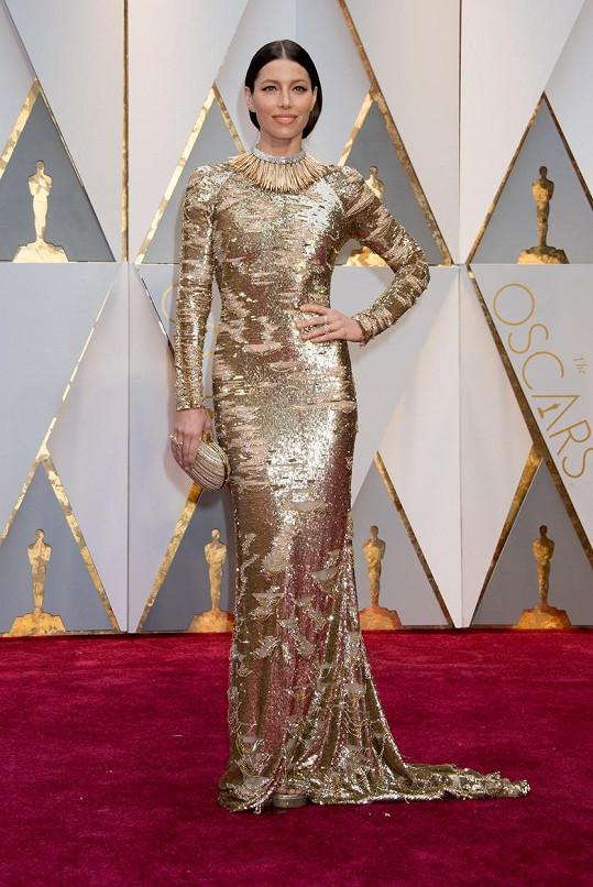Zlatou róbu od KaufmanFranco, viditelně inspirovanou Oscary, sladila Jessica Biel se skvostnými šperky Tiffany & Co., mezi kterými dominoval výrazný náhrdelník z kolekce Blue Book z platiny, zlata a diamantů.