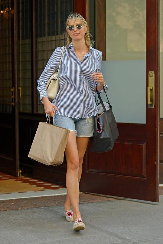 Karolína Kurková vyrazila do ulic New Yorku jen v džínových šortkách...