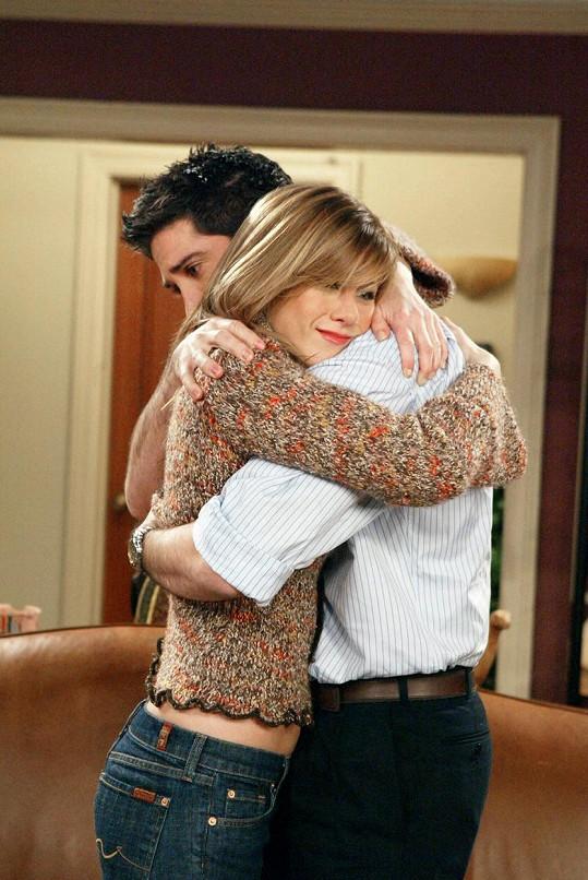 Jennifer Aniston a David Schwimmer jako Rachel a Ross v Přátelích. Jejich milostná linka se s přestávkami táhla všemi sériemi slavného seriálu.