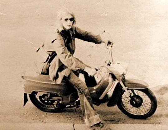 David Koller jako velký frajer na motorce