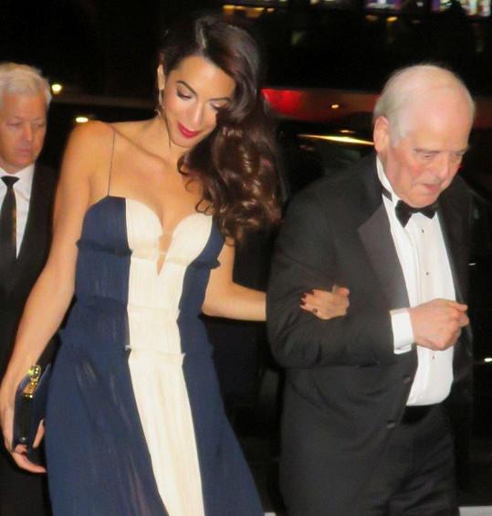 Georgeův otec Nick doprovázel Amal.