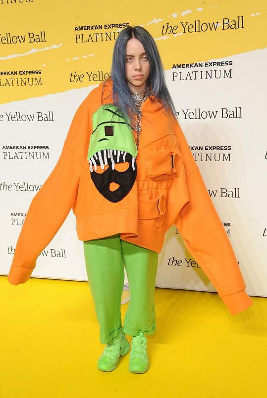 Billie se vyžívá v objemných modelech, do kterých se schová.