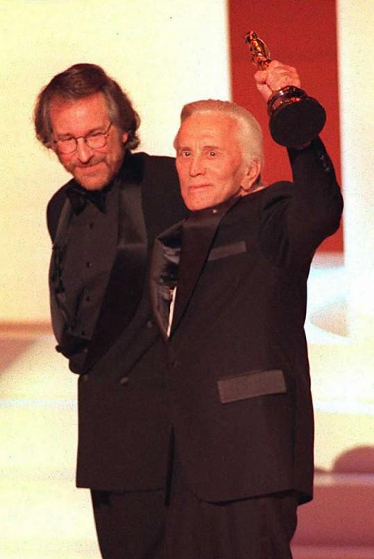 Kirk Douglas a Steven Spielberg v roce 1996, kdy herec obdržel Oscara za celoživotní dílo.