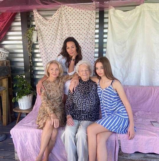 Agáta Prachařová s maminkou Veronikou Žilkovou, babičkou Olgou a sestrou Kordulou