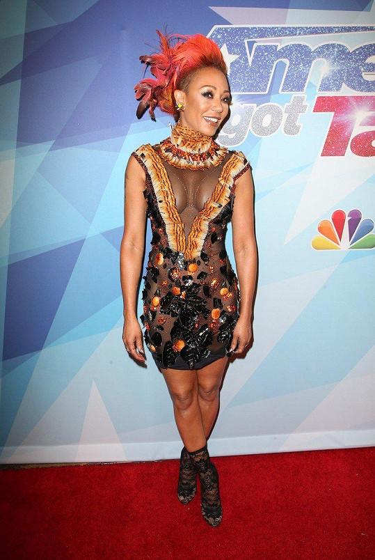 Asi šlo o indiánský motiv, protože měla šaty i vlasy doplněné ptačími pery.