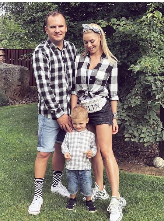 Michaela se rozvádí s manželem Miroslavem, se kterým má syna.