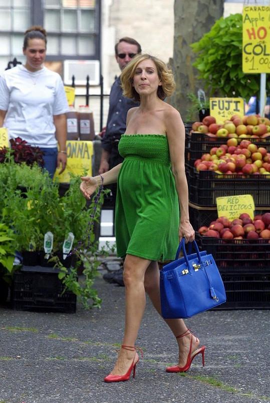 Těhotná Carrie? Ne, to jen Sarah Jessica Parker při natáčení 5. série Sexu ve městě nemohla skrývat bříško. Přešívali jí proto kostýmy a tvůrci rozdělili sérii na půl.