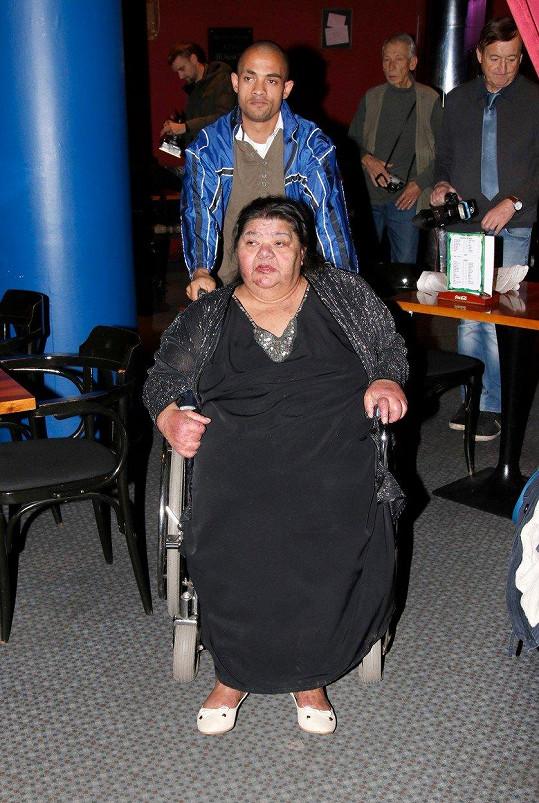 Do kina byla přivezena na vozíku.
