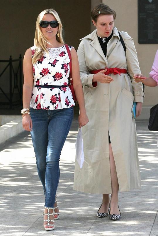 Reese nosí opasek v pase, Lena pod ňadry.