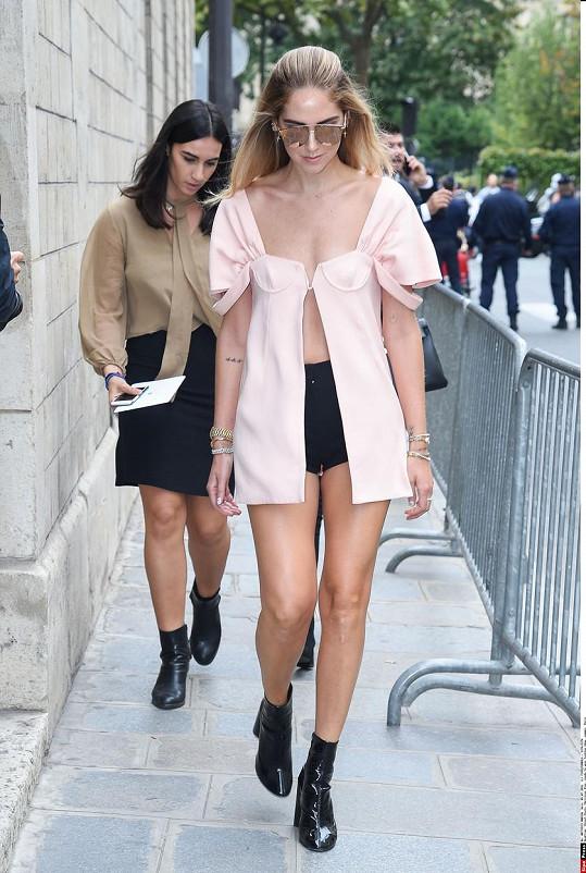Ferragni na cestě na přehlídku módního domu Dior. V Dioru je i oblečená.