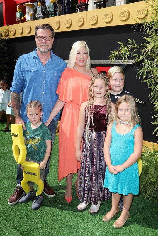 Spelling s manželem Deanem McDermottem a dětmi Finnem (4), Stellou (9), Liamem (10) a Hattie (6)