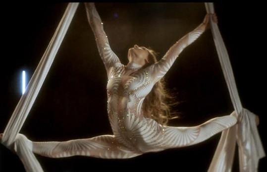Diana Mórová jako sexy akrobatka