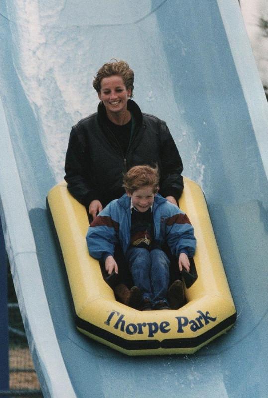 Princezna Diana s princem Harrym na atrakci v Thorpe Parku (duben 1993)