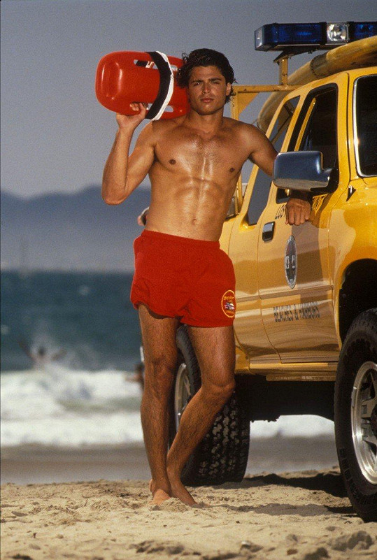 Davida Charveta proslavil seriál Pobřežní hlídka.