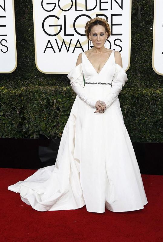 Sarah Jessica Parker zvolila šaty ze svatební kolekce Very Wang, o kterých se rozhodně nedá říct, že by jí padly. Vlnu kritiky si odnesla za účes, připomínající princeznu Leiu z Hvězdných válek, který jí vlasový stylista Serge Norman vytvořil pomocí příčesku.