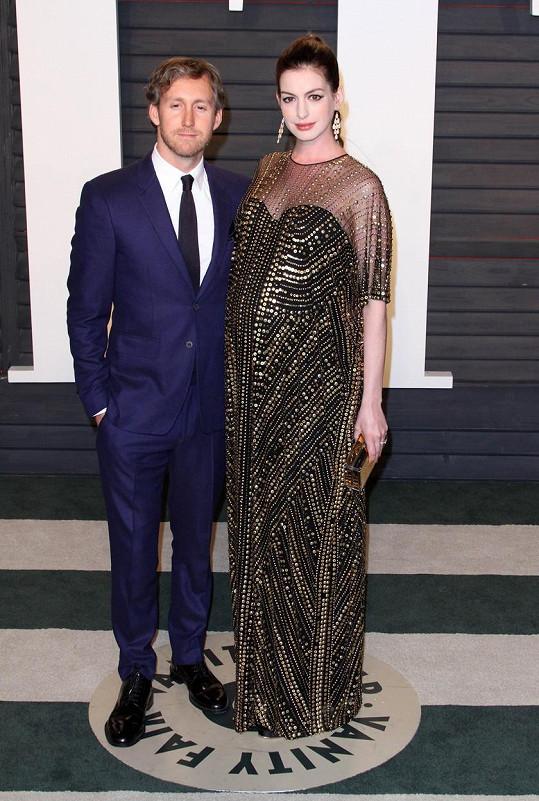 Hathaway s manželem Adamem Shulmanem na oscarové afterpárty