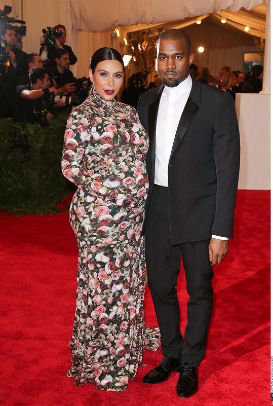 Kim Kardashian a Kanye West na Met Gala v roce 2013 a jejich pojetí punku (téma znělo Punk: Chaos to Couture)