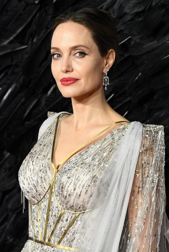 Na druhém místě se umístila Angelina Jolie s 818 026 500 korun.