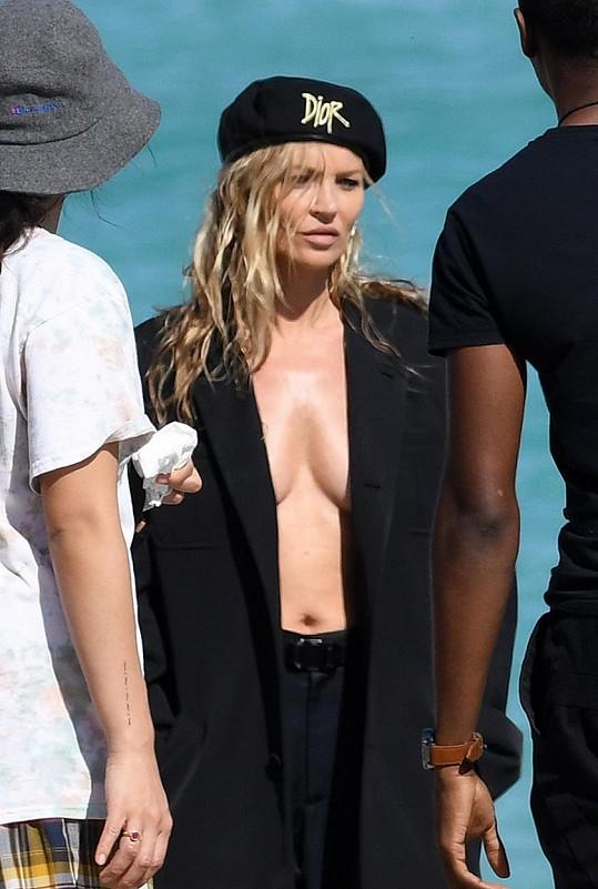 Kate Moss pózovala v pánských kouscích značky Dior.