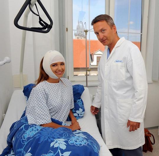 Lucie už po operaci. Na snímku s MUDr. Urbanem, který zákrok prováděl.