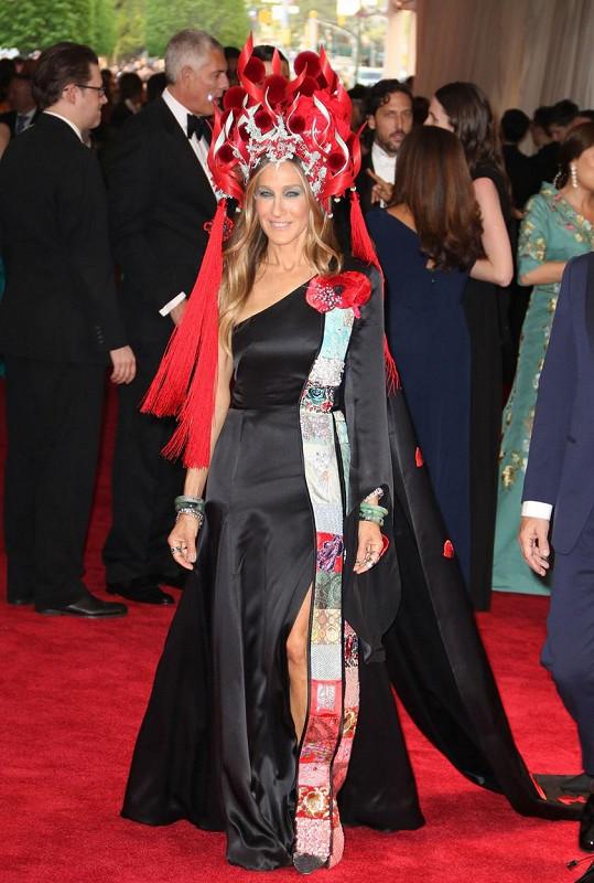 Sarah Jessica Parker jako jedna z mála využila módu ulice na prvotřídní velkou večerní, když oblékla šaty přes jedno rameno z konfekce H&M, zdobené černým květem a broží připomínající tapisérii od Cindy Chao. Skutečným skvostem byla pak ohnivá přilba od Philipa Treacyho.