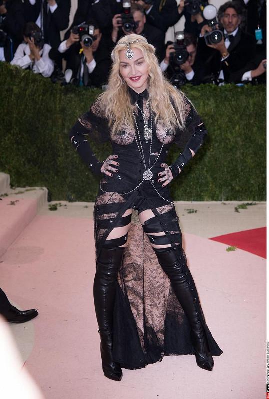 Uvadající Madonna ukázala ňadra.