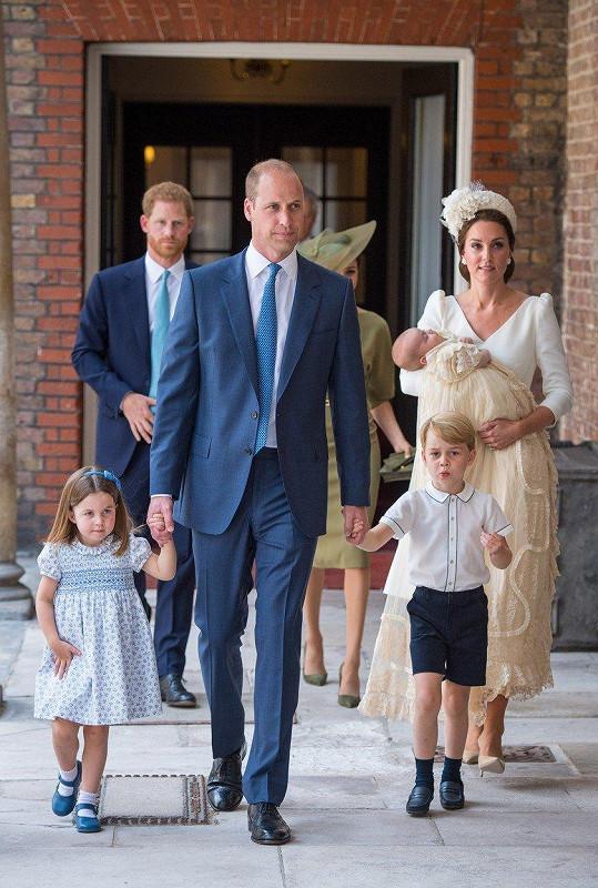 Vévoda a vévodkyně z Cambridge se všemi svými dětmi, nejstarším Georgem, prostřední Charlotte a nejmladším Louisem.