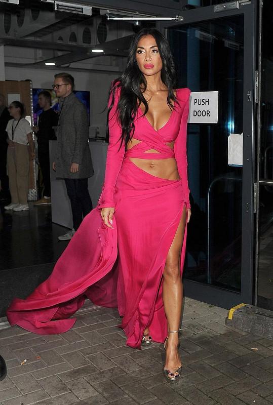 Nicole Scherzinger natáčela X Factor v růžovém modelu.