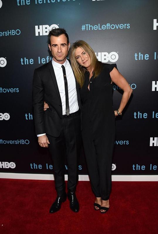 Jennifer manžela doprovodila na premiéru druhé řady seriálu Pozůstalí.