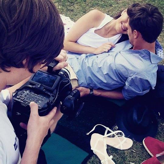 Prožívají spolu na kameru příběh lásky.