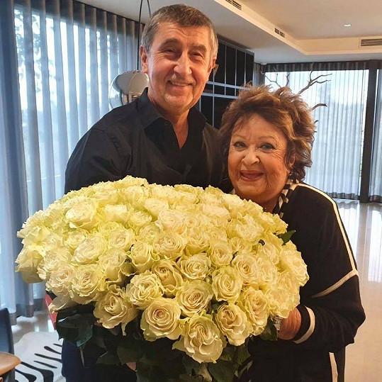 Andrej Babiš předal Bohdalové 90 žlutých růží.