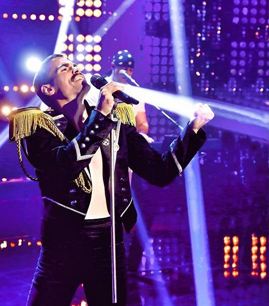 Kluch pravidelně vystupuje jako Freddie Mercury.