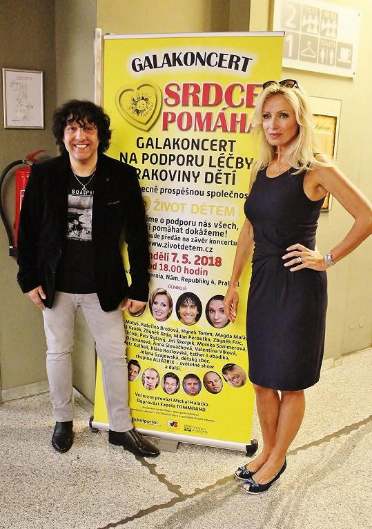 Kateřina s Hynkem u plakátu na koncert Srdce pomáhá