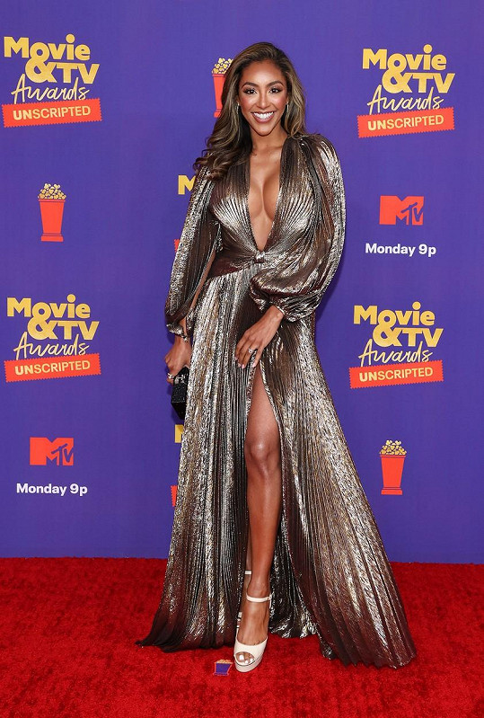 Tayshia Adams z reality show The Bachelor se chlubila jak vysokým rozparkem, tak i výstřihem až k pupíku.