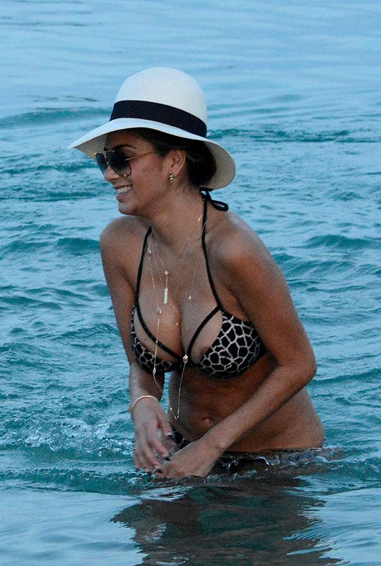 Nicole Scherzinger relaxuje na dovolené v Řecku.