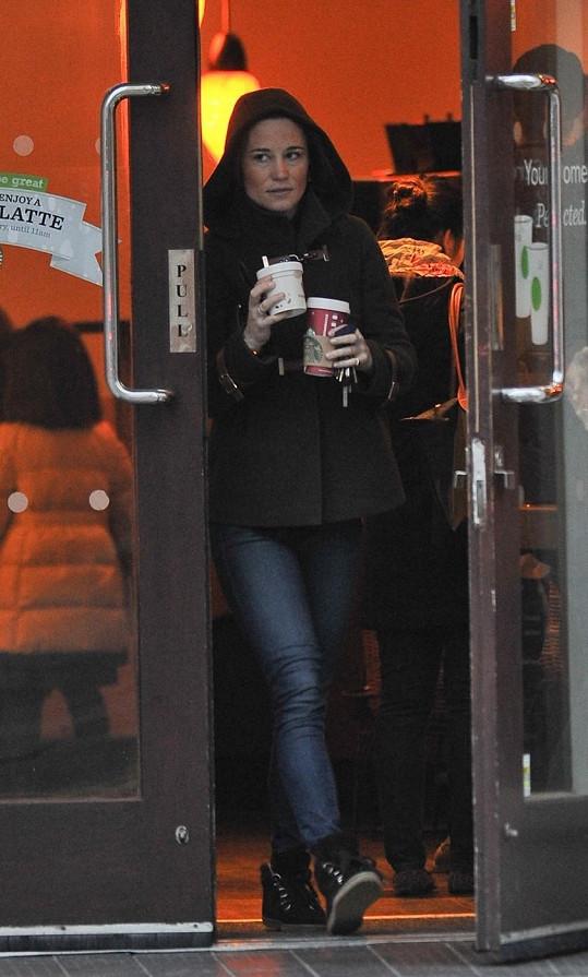 Sestra Kate Middleton odchází z kavárny s ranní kávou a se snídaní v ruce.