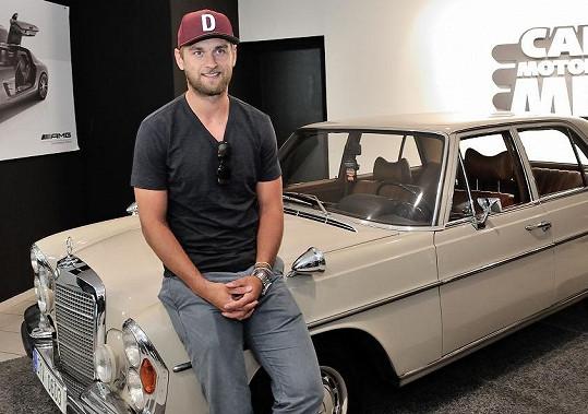Jakub v autosalonu