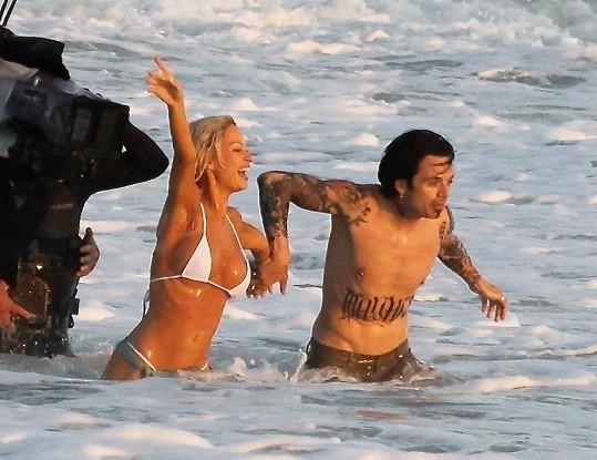 Lily James (32) a Sebastian Stan (38) v roli Pamely a Tommyho, kteří se vzali v Cancunu.
