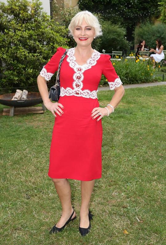 Bára Nesvadbová překvapila rudými šaty.