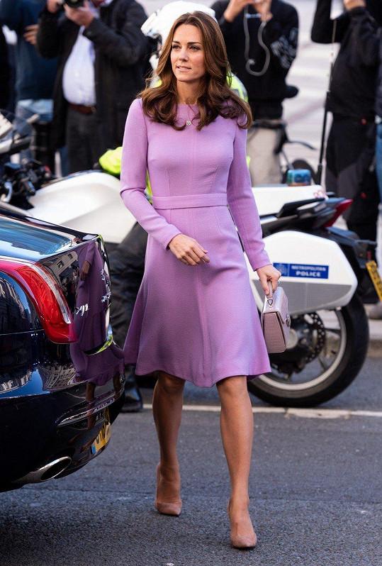 Vévodkyně oblékla šaty v šeříkové barvě.