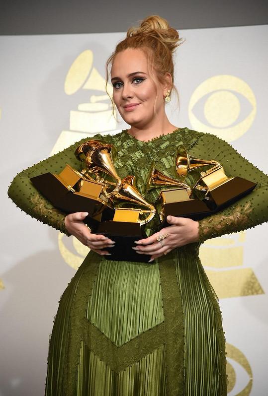 Adele v únoru 2017 se svými vítěznými gramofony